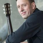 Michael Strauß mit seiner Gitarre im Braunschweiger Hafen.